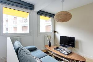 TV a/nebo společenská místnost v ubytování Pick a Flat - Eiffel Tower / Champs de Mars apartments