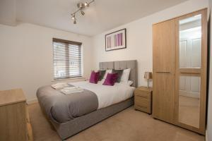 A bed or beds in a room at ✪ Ideal Brentwood ✪ Serviced Rollason Apartments - 2 Bed Perfect for Town Centre/TFL/Tilbury Port/A12/A13