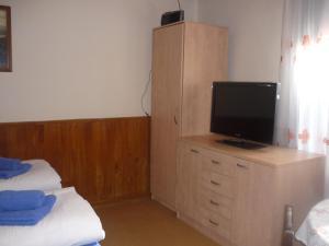 Telewizja i/lub zestaw kina domowego w obiekcie Ubytování nad sklípkem