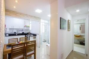 A kitchen or kitchenette at Novo - No Coração De Copacabana