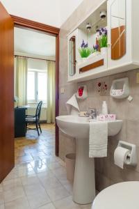 A bathroom at Appartamenti Baia di Citara