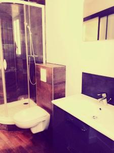 A bathroom at Surprenantes - La Cabane du Capitaine Némo II