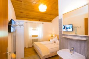 Ein Badezimmer in der Unterkunft Rodlers Chalet
