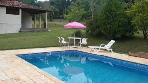 The swimming pool at or near Chacara Primavera Motta