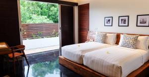 A bed or beds in a room at Sun Island Boutique Villas & Spa Seminyak