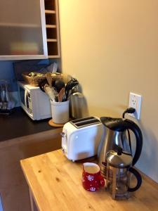Coffee and tea-making facilities at Kluane Green Sprout Vacation Home