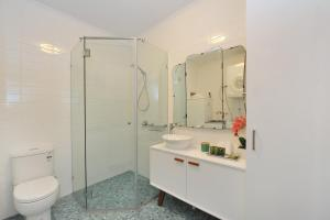 A bathroom at Retro Port Douglas Apartments