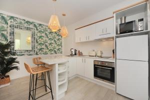 A kitchen or kitchenette at Retro Port Douglas Apartments