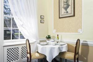 A restaurant or other place to eat at The Circus Apartment