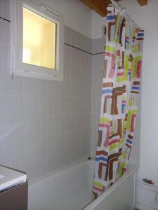 Salle de bains dans l'établissement Résidence La Peyrie