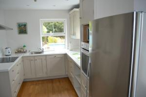 A kitchen or kitchenette at Dingle Townhouse