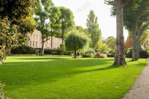 En trädgård utanför Europa House Apartments