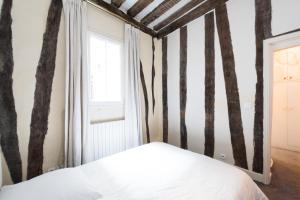A bed or beds in a room at Île Saint-Louis apartment