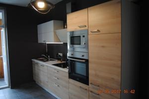 A kitchen or kitchenette at Ruhige Ferienwohnung in der City