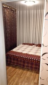 A bed or beds in a room at Timiryazevskiy pereulok 4 Apartment
