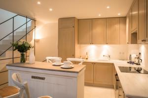 A kitchen or kitchenette at Maison de village dans le coeur de Saint Tropez