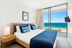 A bed or beds in a room at ULTIQA Air On Broadbeach