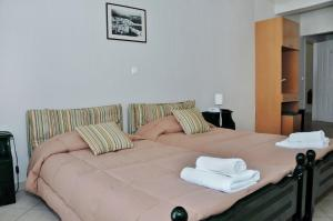 A bed or beds in a room at To Kastro