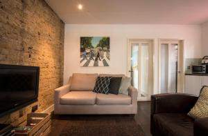 A seating area at Stylish Central London Apartment