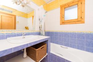 A bathroom at Can Perxota