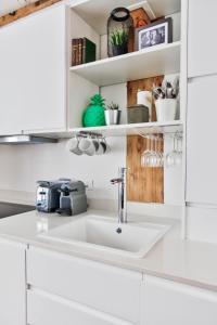 A kitchen or kitchenette at Sloth Loft Montmarte