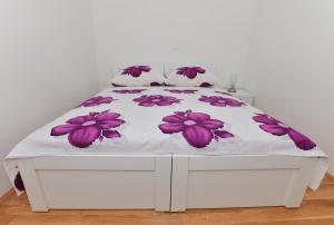 A bed or beds in a room at Apartman Dominik