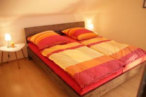 Ein Bett oder Betten in einem Zimmer der Unterkunft Art City Studio Kassel 4/8