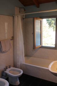 Un baño de Cálido departamento céntrico en San Martín de los Andes
