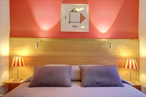 A bed or beds in a room at Canal View Apartment