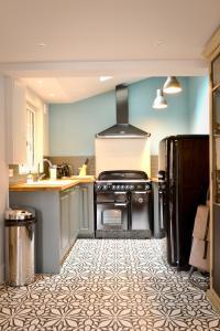 Cuisine ou kitchenette dans l'établissement La Maison de Pierre et Valérie Ste Catherine Honfleur