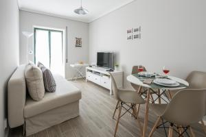 Uma área de estar em Aveiro Train Flat