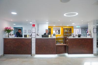 The lobby or reception area at Best Western Plus London Croydon Aparthotel