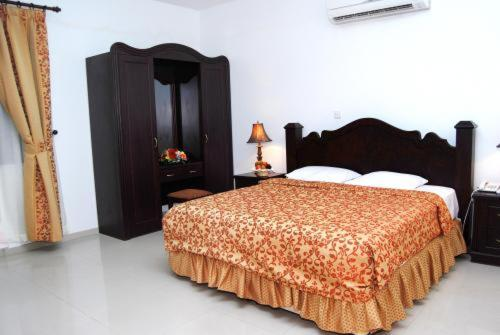 A bed or beds in a room at Al Shiraa Hotel Apartments