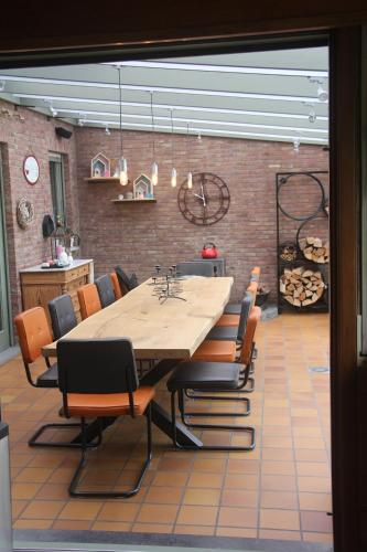 A restaurant or other place to eat at B&B Het KoeKoeKsnest Schelle
