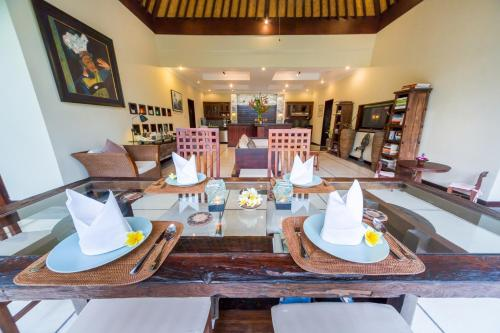 A restaurant or other place to eat at Villa Frangipani