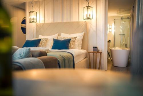 Ein Bett oder Betten in einem Zimmer der Unterkunft Schwimmende Suiten Usedom