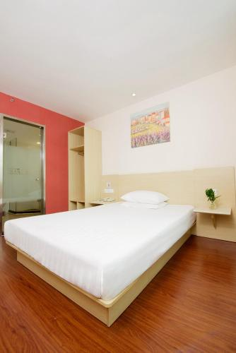 A bed or beds in a room at Hanting Express Hangzhou Chengxi Yintai