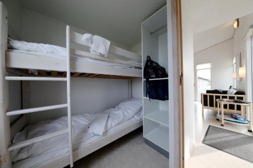 En eller flere køjesenge i et værelse på Tangsø Hytteby
