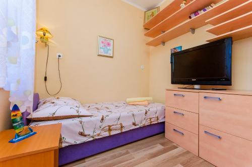 Een bed of bedden in een kamer bij Sunny Apartment