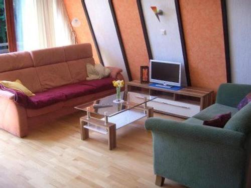 Ein Sitzbereich in der Unterkunft Familienfreundliches Ferienhaus mit Kamin und Waldrand Lage
