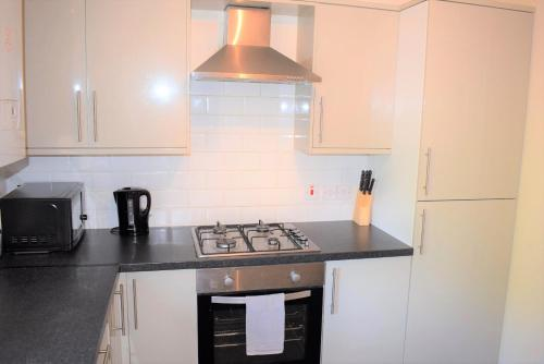 A kitchen or kitchenette at Kelpies Serviced Apartments - Cameron