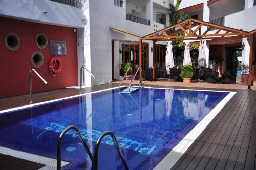 Piscina a Hotel Puerto Mar o a prop