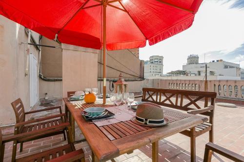 Ein Restaurant oder anderes Speiselokal in der Unterkunft Bcn Paseo De Gracia Rocamora Apartment