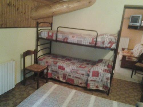 Μία ή περισσότερες κουκέτες σε δωμάτιο στο Alloggi Il Rododendro
