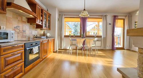 A kitchen or kitchenette at Apartament Madera