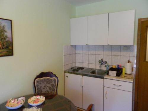 A kitchen or kitchenette at Apartmani Jeličić Sunčana Dolina
