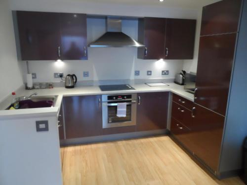 Кухня или мини-кухня в Flexi-Lets@Park Heights, Woking