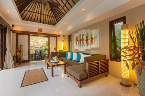 A seating area at Villa Green Mango