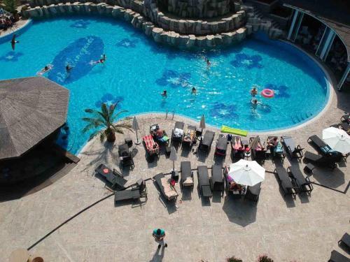 Ein Blick auf den Pool von der Unterkunft Edmond Apartment oder aus der Nähe