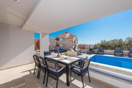 Bazén v ubytování Apartments with pool Villa Zora nebo v jeho okolí